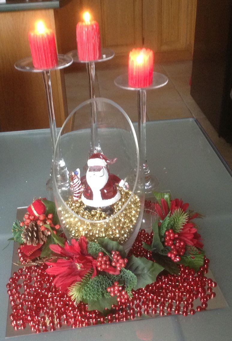 Centro de mesa con copas de diferentes niveles velas for Adornos navidenos con copas y velas