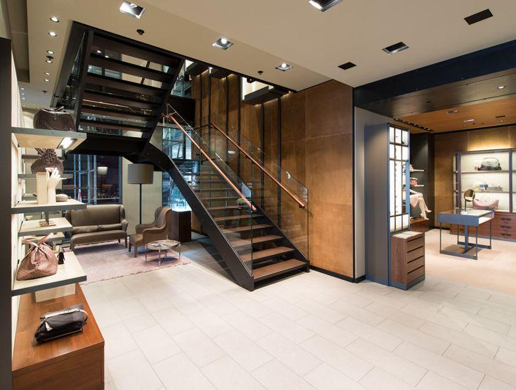Treppe von spitzbart treppen im Münchener Flagshipstore von - design treppe holz lebendig aussieht