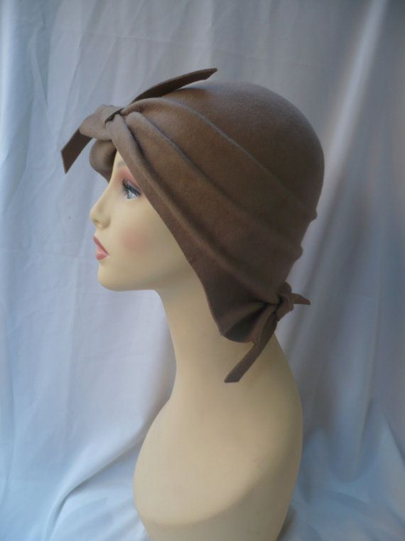 a5194298d4e80 Diseño único y exclusivo para este sombrero cloché estilo años 20  confeccionado en fieltro de lana 100% y modelado a mano. Este original  modelo en color ...