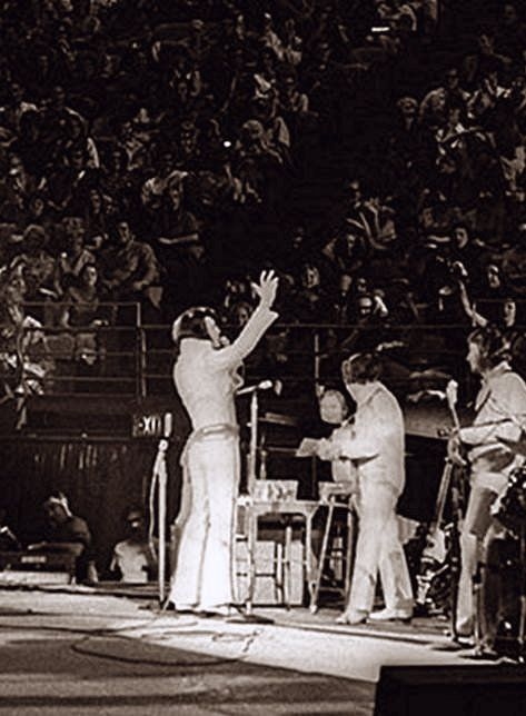 Elvis In Concert In Los Angeles In November 14 1970 Elvis Presley Images Elvis Presley Biography Elvis Presley