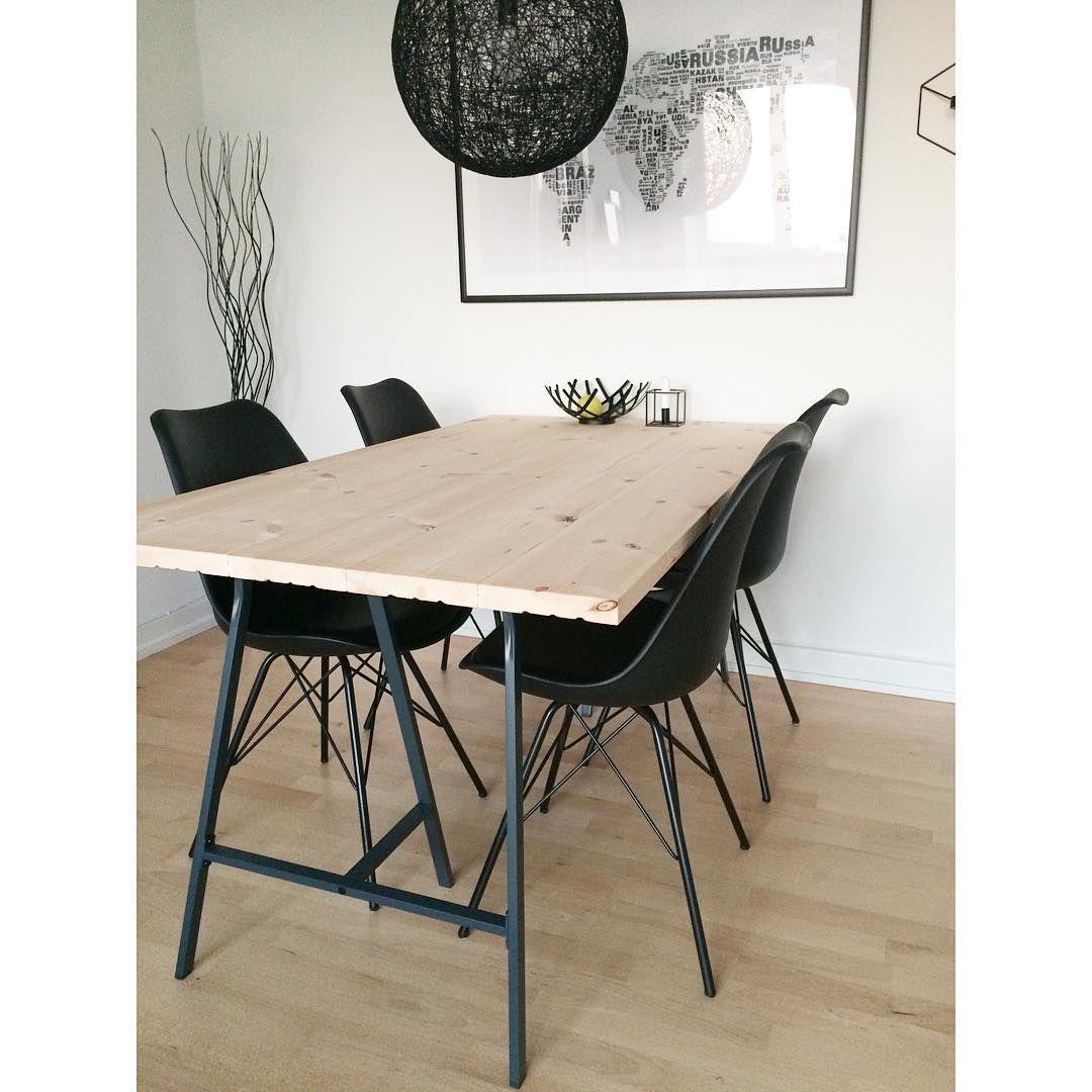 Vores nye hjemmelavede plankebord og nye stole Det pynter meget i ...