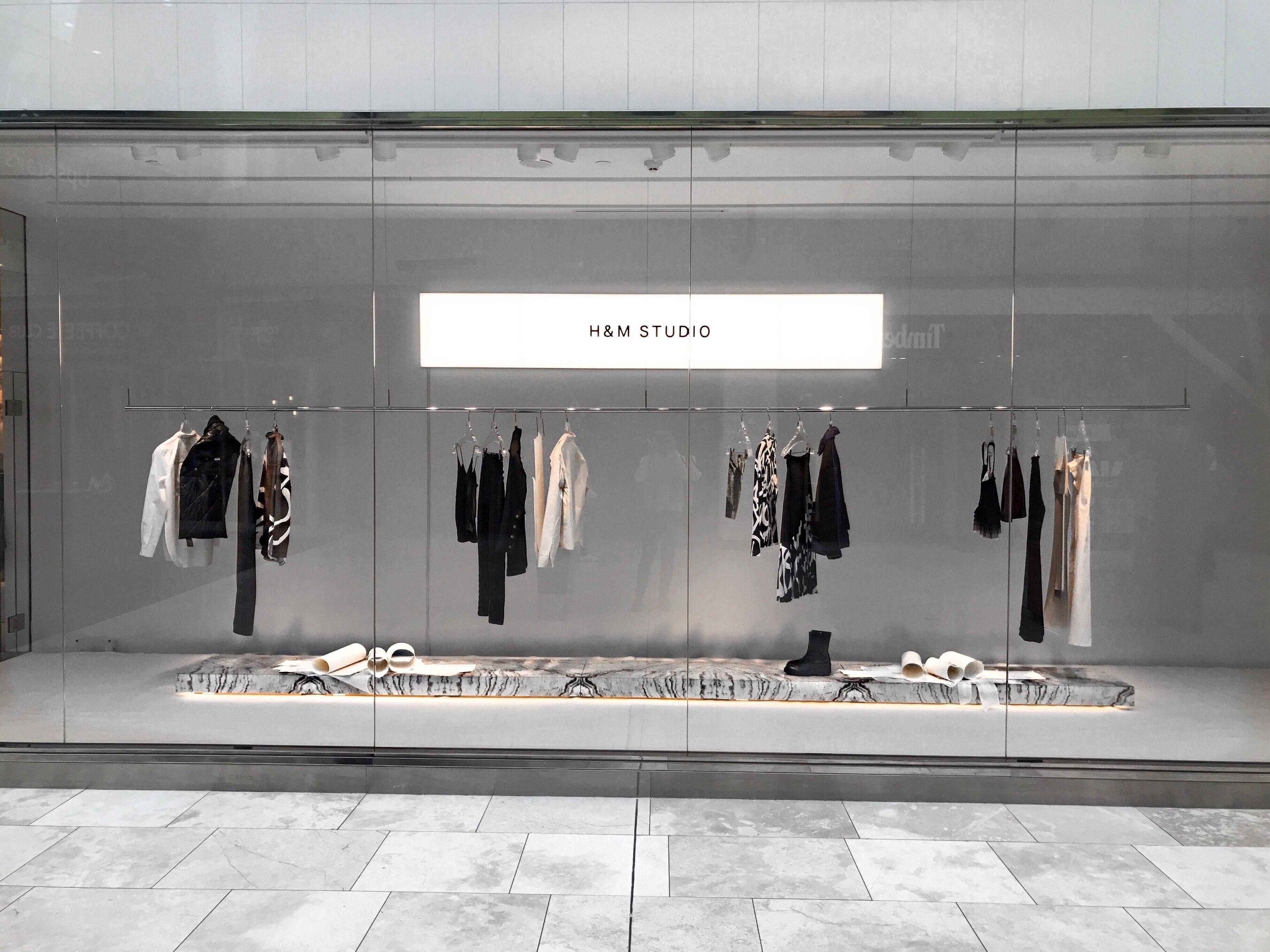 Socle Un Peu Recule De La Vitrine Central Retail Store Design Shop Interior Design Store Design