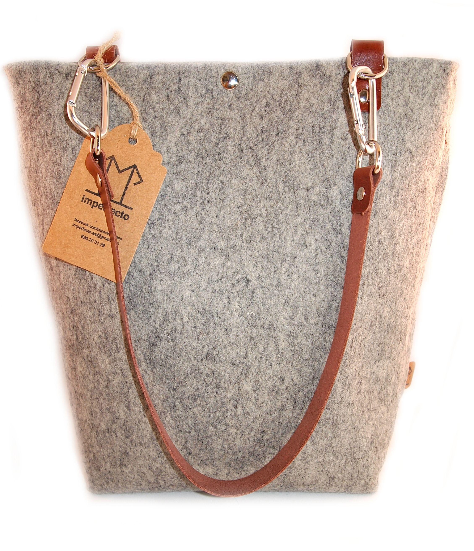 Tote Mediano hecho a mano con fieltro de lana natural y cuero. Detalle de mosquetones. Con bolsillo interior. www.imperfecto.es