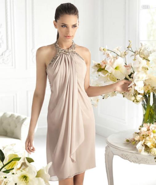 a98bf2031 Vestido corto halter en color nude para damas de boda