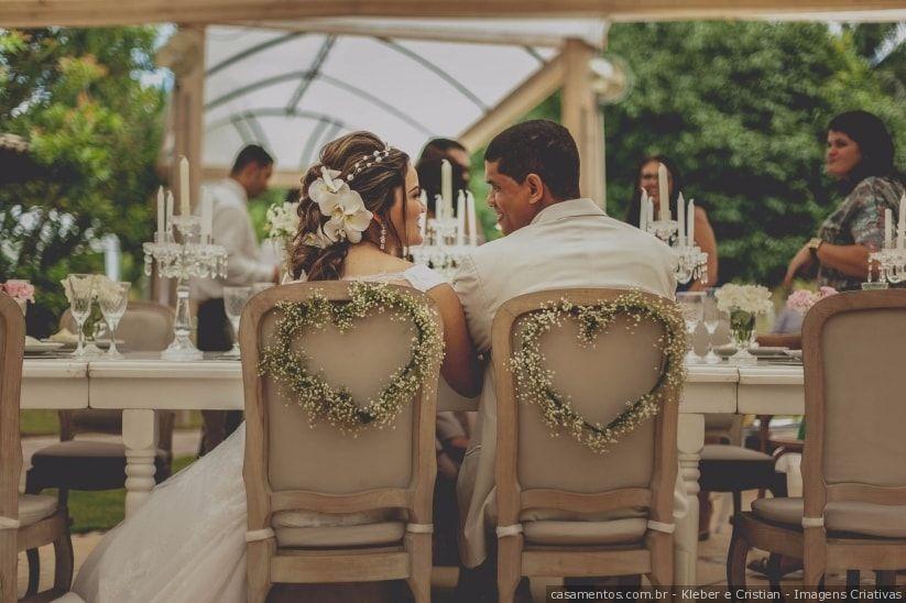 A decoração é uma das partes mais importantes em todo o planejamento de um casamento, já que é um ponto fundamental para que o tudo seja um sucesso. Hoje falamos da decoração das cadeiras dos noivos, anote tudo!
