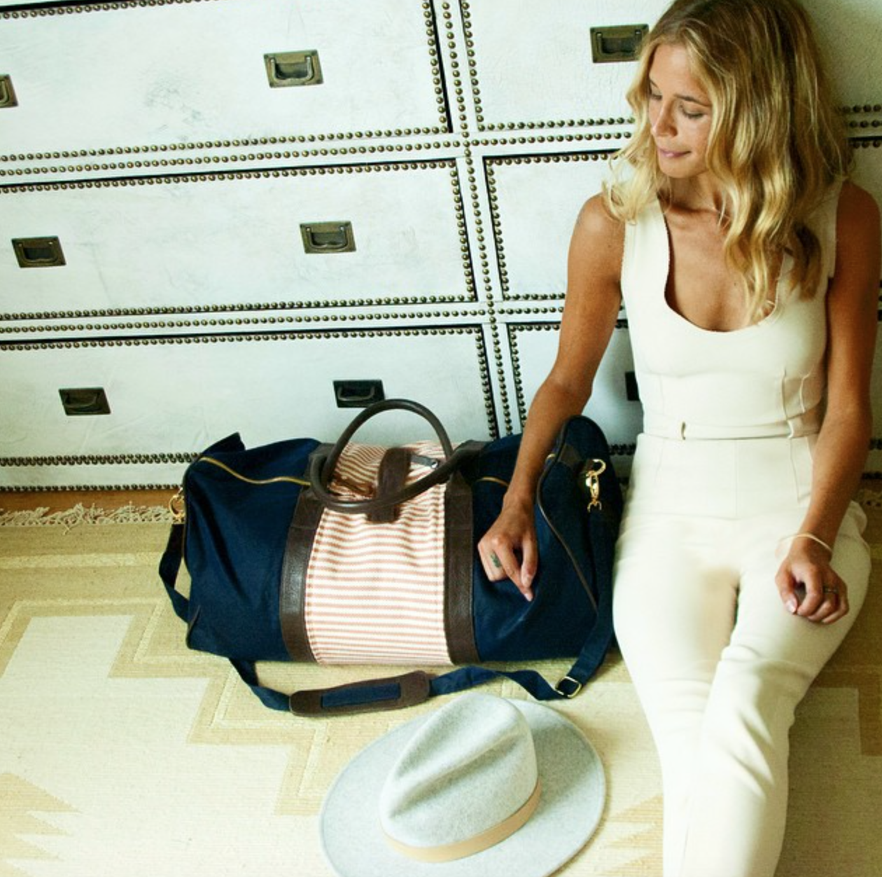 @musexcarly shows us some of her favorite travel styles with #Miscere  #weekender #jetsetgo #travelstyle #airportstyle #interchangeable