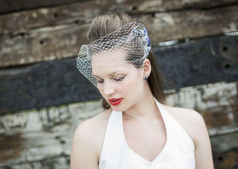 50s rockabilly hochzeitskleid mit neckholder und passendem birdcage für die braut, headpiece mit hut netzt und violetten knöpfen