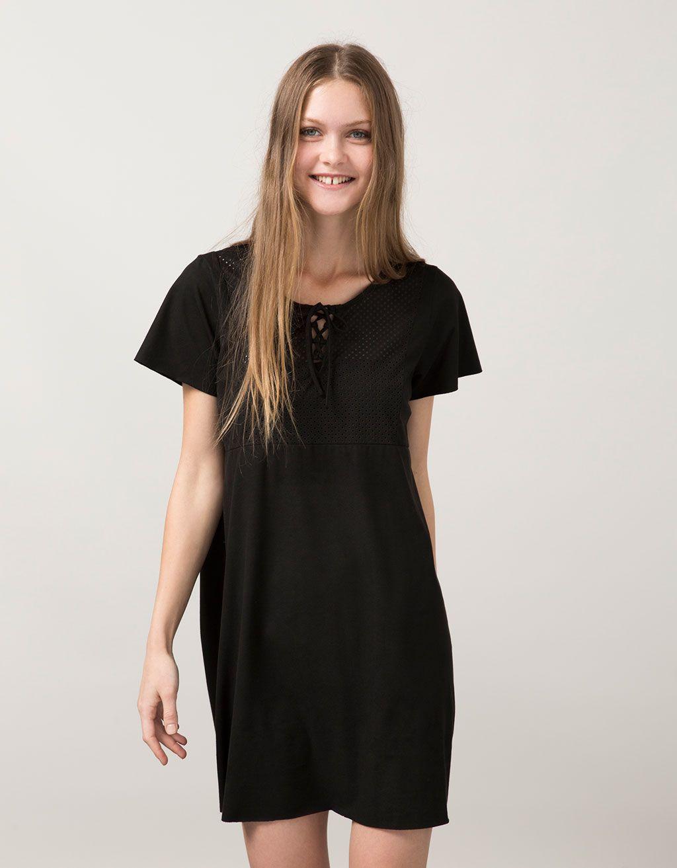 Vestido BSK Antelina cordón pecho. Descubre ésta y muchas otras prendas en Bershka con nuevos productos cada semana