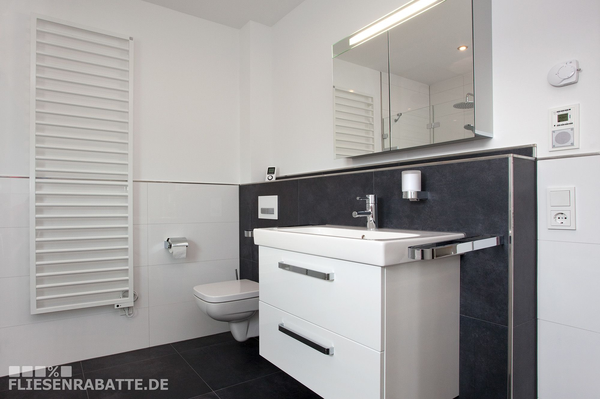 Badezimmer Halbhoch Gefliest Bodenfliesen Keraben Future 60x60 Cm Mit An Der Vorwand Verlegt Abschlussleist Badezimmer Einrichtung Badezimmer Badezimmerboden