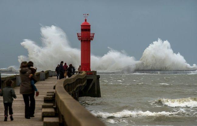 Tempête sur la plage à l'entrée du port de Calais, en mars 2016