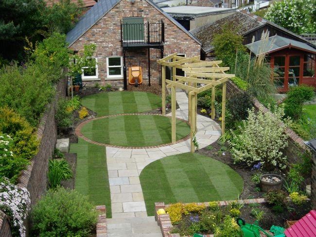 Schöne-Gartengestaltung-Ideen-Gehweg-Rasenfläche-Gartenlaube