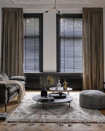 linnen gordijnen met zwarte jaloezien wooninspiratie donkere interieurs interieurstyling interieurontwerp voor thuis