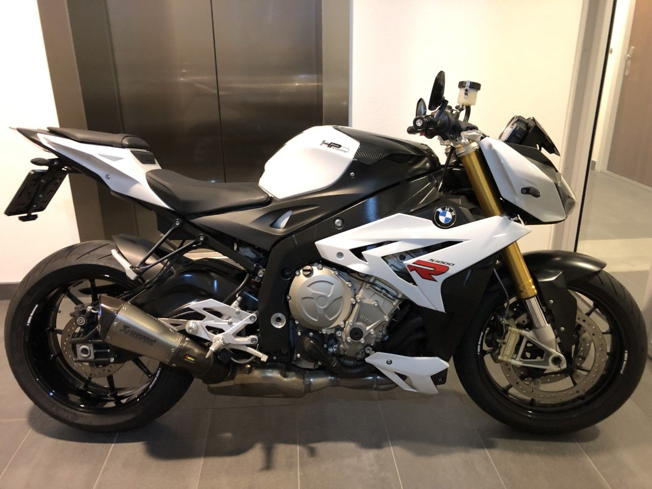 BMW S1000R less is more, tail tidy, bar-end mirrors and Akra exhaust! #BMWS1000R