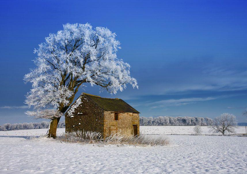 Frio, neve e uma casinha num lugar distante