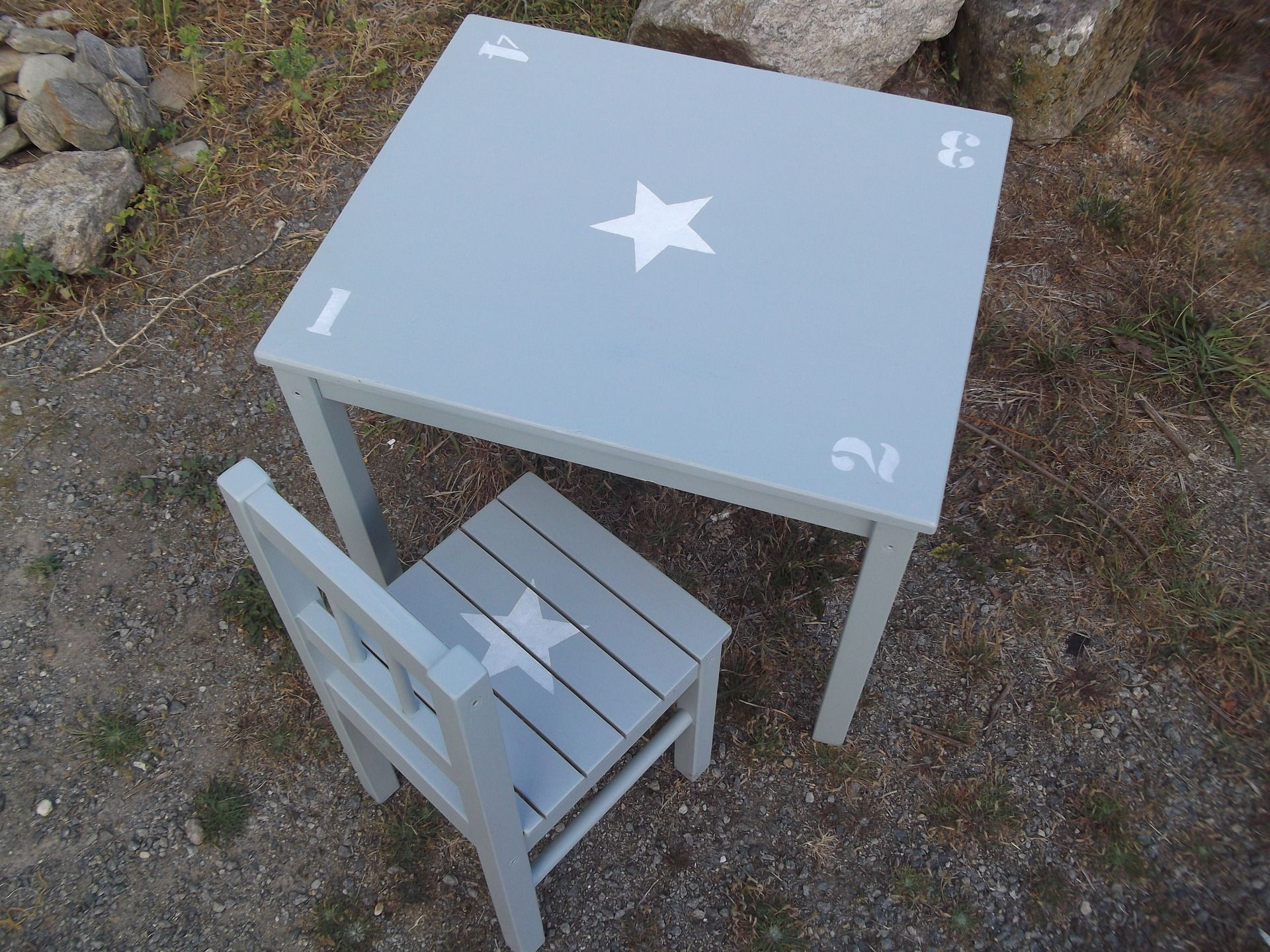 Ensemble table d 39 enfant et chaise en bois patine bleu gris for Chaise blanche et grise