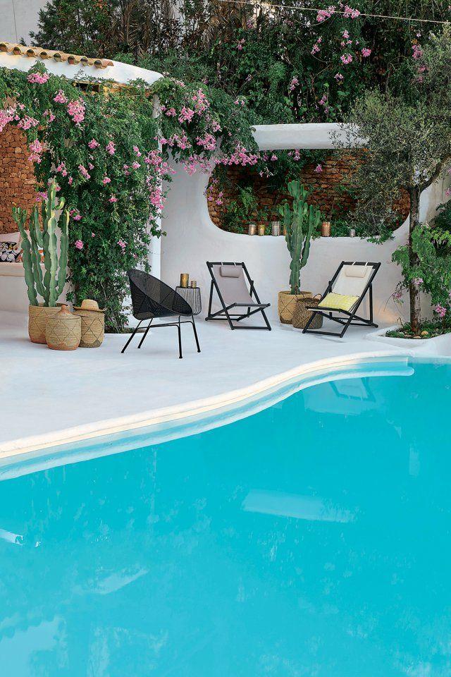des paniers deco pour accueillir des plantes pres de la piscine il n y a pas que le mobilier pour le jardin qui est susceptible de decorer les abords de la