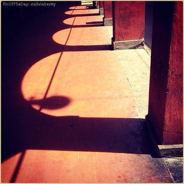 #PicOfTheDay #turismoer Passeggiando nelle ombre calde bolognesi. Complimenti e grazie a @Silvia Berny / Walking through the warm #shadows of #Bologna. Congrats and thanks to @Silvia Berny