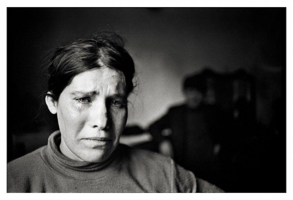 San Vito Lo Capo, 1980. Donna piange la sua miseria.