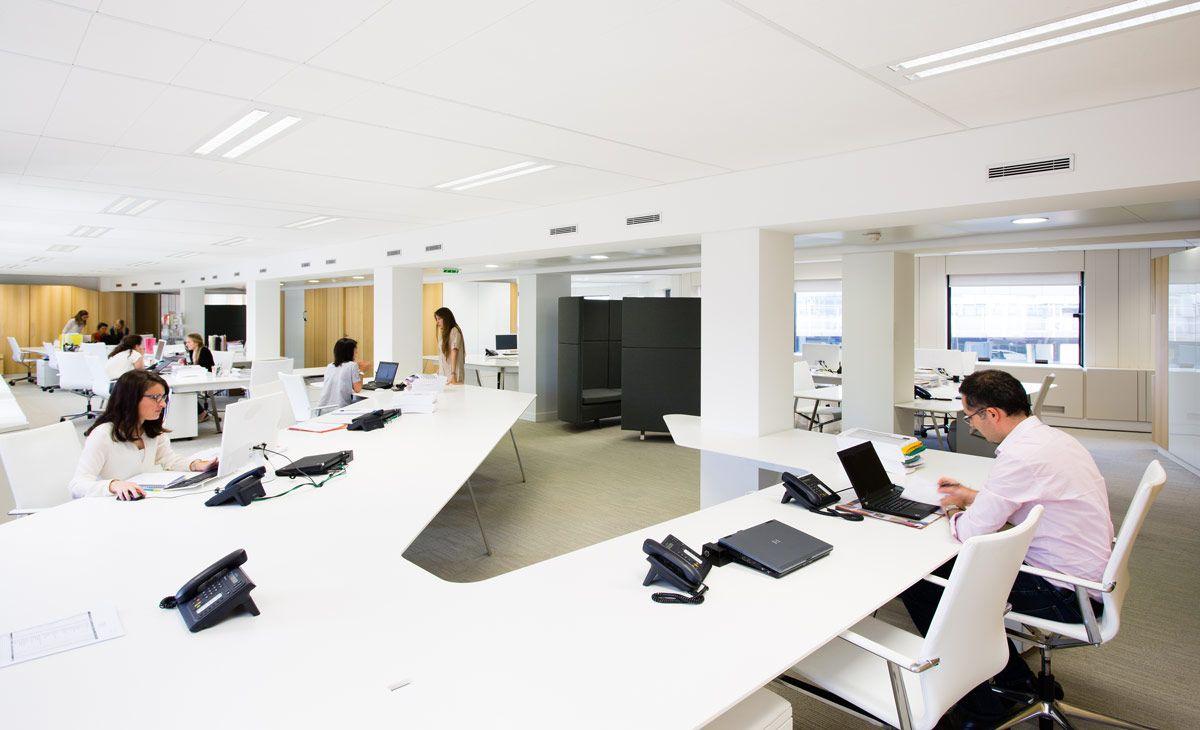 Institut esthederm paris immense table de bureau en résine de