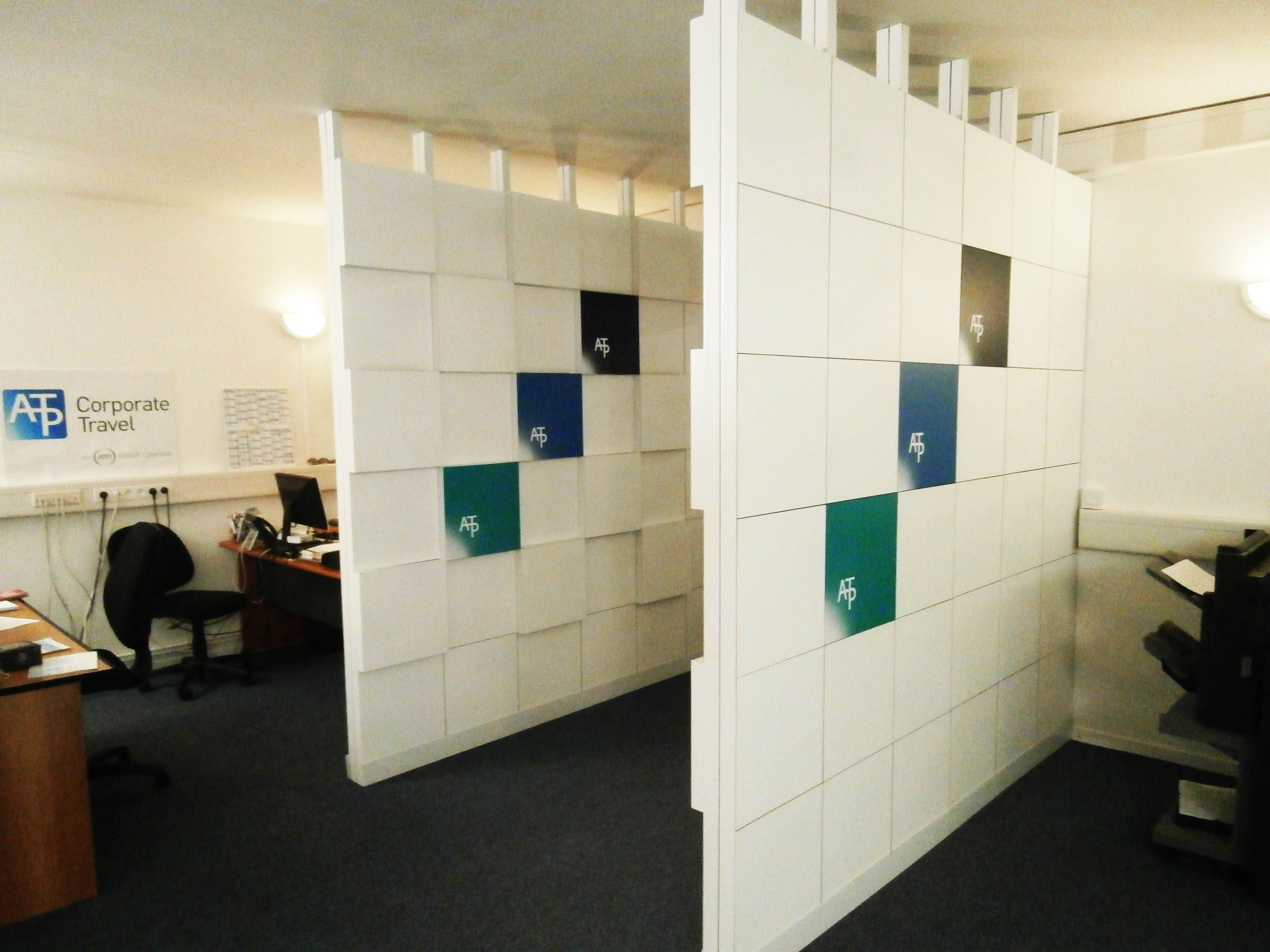 Tabiques separadores de ambientes de serastone para for Decoracion de oficinas