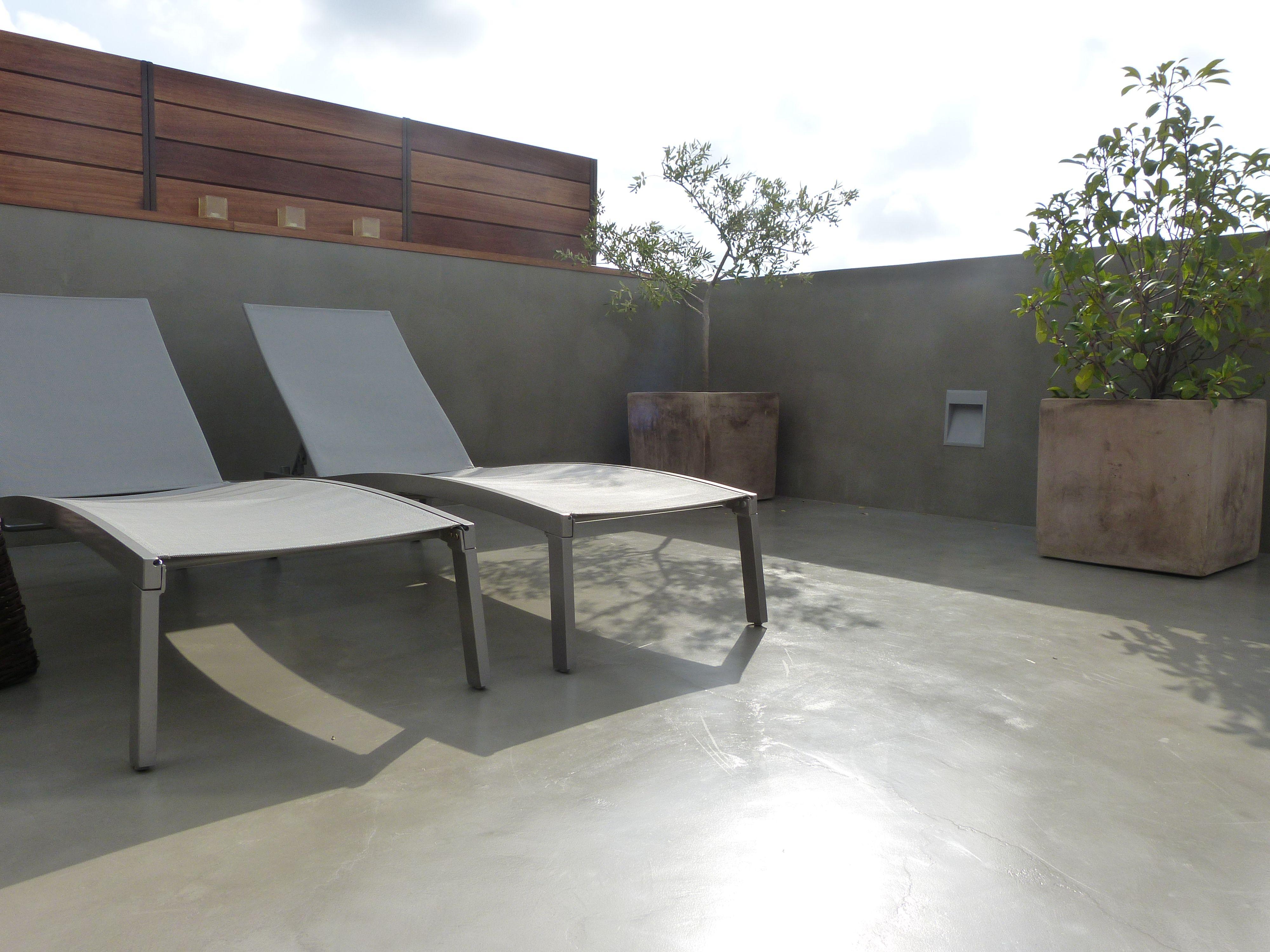 Terraza De Microcemento Gris Cemento Gana En Amplitud Y Modernidad Diseno De Terraza Microcemento Fachadas Casas Minimalistas