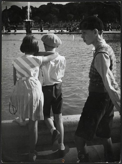 Enfants devant le bassin du jardin du luxembourg paris - Jardin du luxembourg enfant ...