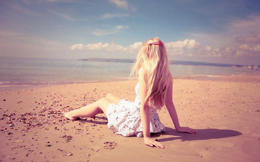 foto-blondinok-na-plyazhe-so-spini-razvrat-chernih-negrityanok-v-gruppovuyu