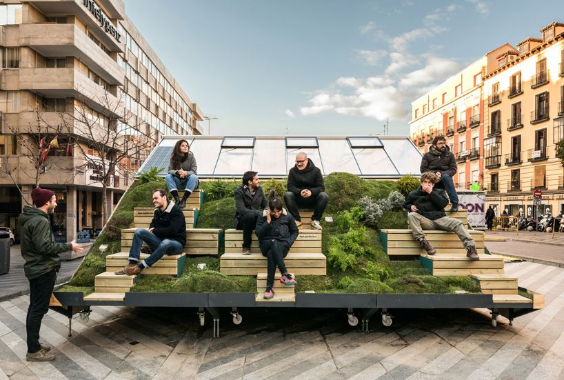 Mini Hub Installation In Madrid Rethinks The Future Of Cities Meubles Urbains Mobilier Urbain Amenagement Exterieur