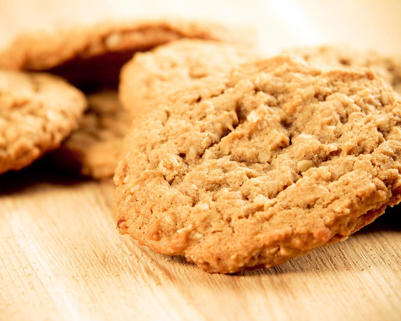 40 – 45 kpl Sekoita keskenäänhyvin sokeri ja sulatettu rasva. Lisää kuivat aineet ja vesi. Sekoita keksimassa hyvin ja anna sen levätä hetki jääkaapissa.Muotoile keksimassasta halkaisijaltaan noin 4-5 cm leveä tanko ja paloittele noin 1 cm:n paksuisiksi kiekoiksi. Asettele kiekot … Continued