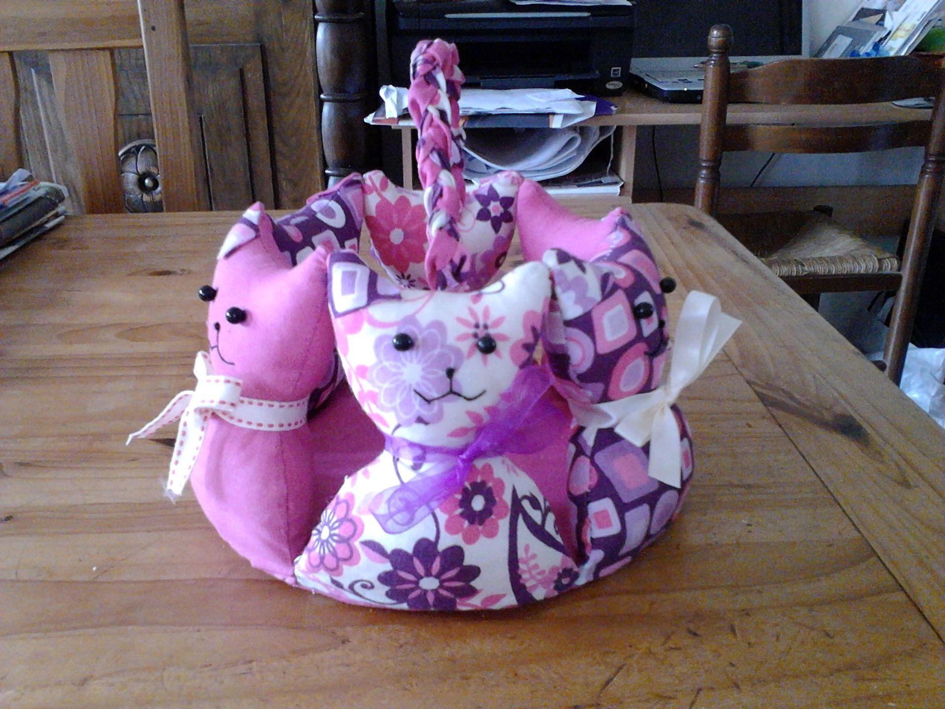 corbeille chats en tissu patchwork reserve accessoires de maison par petits bouts de tissu. Black Bedroom Furniture Sets. Home Design Ideas