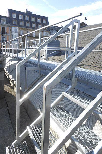Escalera Metalica En Acero Galvanizado Para Acceso A La Azotea Del Centro Comercial La Bretxa De San Sebasti Escaleras Escaleras Metalicas Escaleras Exteriores