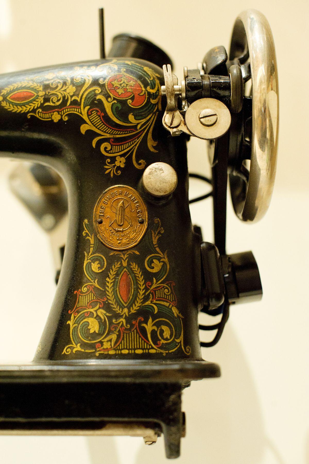 We ♥ Vintage Sewing Machines on Pinterest | Vintage Sewing ...