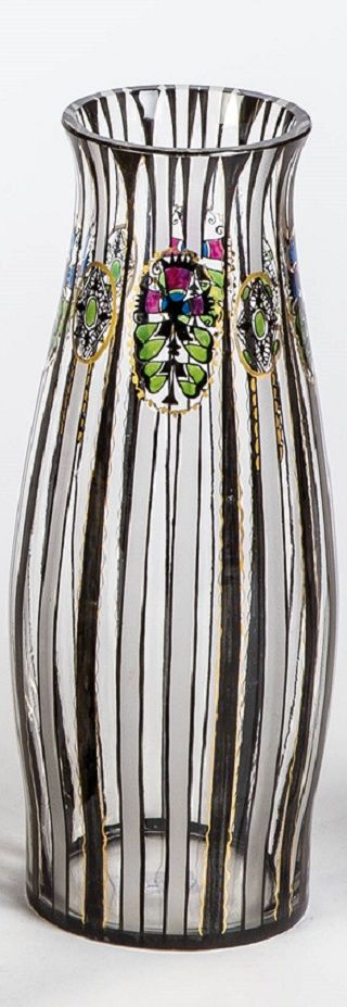 Vase Farbloses, teils seidenmatt geätztes Glas mit Schwarzlot, Poliergold und buntem Transparentemail. Dekor: Medaillons mit Pflanzenstilisation, Band- und Linienornamentik. H. 17,5 cm Fachschule Haida, um 1915