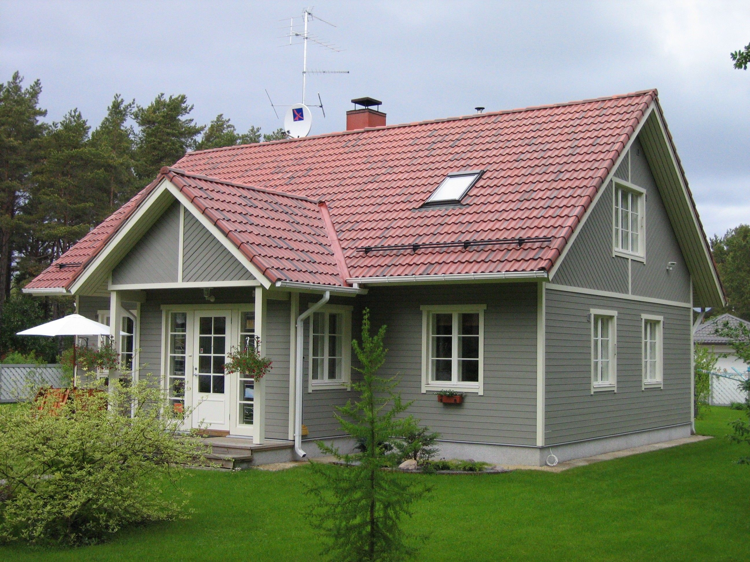 Best Grey Wood House Exterior Squared Windows Red Roof 640 x 480