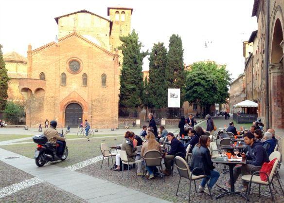 """Bologna mit vielen Studenten - """"Bologna: Von schiefen Türmen, einem geheimen Fenster und der Flüsterecke"""" by @Travel on Toast"""