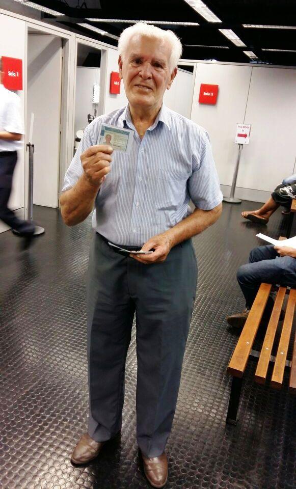 Veja só que belo exemplo de cidadania de Rosalino Lima, de 88 anos, todo contente com sua nova CNH em mãos.  Ele foi ao Poupatempo Ribeirão Preto fazer a renovação do documento na última terça e no dia seguinte já estava apto a dirigir novamente.  Faça como Rosalino, mantenha a documentação atualizada sempre que necessário.