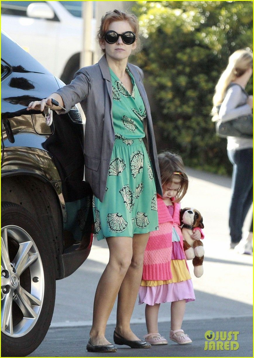 Isla fisher takes her daughter elula to get coffee on