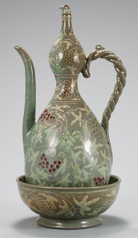 승반承盤은 주전자 밑에 받치는 깊고 넓적한 그릇을 말하는데, 중국 송나라와 고려 시대의 자기에서 많이 찾아볼 수 있습니다. 이 승반 안에 따뜻한 물을 넣어 주전자 안의 술이 식지 않도록 했다고 합니다.