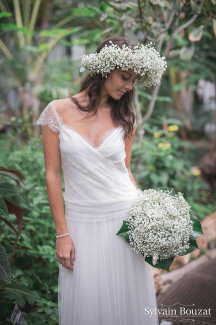 Une Mariée Très Romantique Avec Sa Couronne Et Son Bouquet