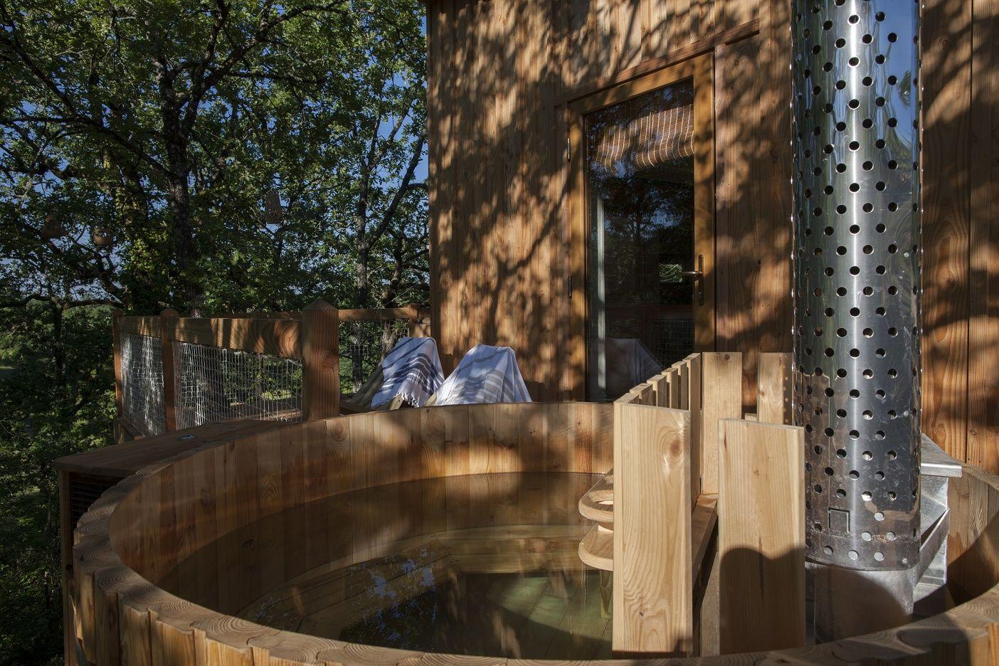 Cabanes Perchees Avec Spa Bain Nordique Et Sauna Privatifs Sejour Insolite Dans Un Domaine De Charme Cabane Spa Cabane Perchee Cabane
