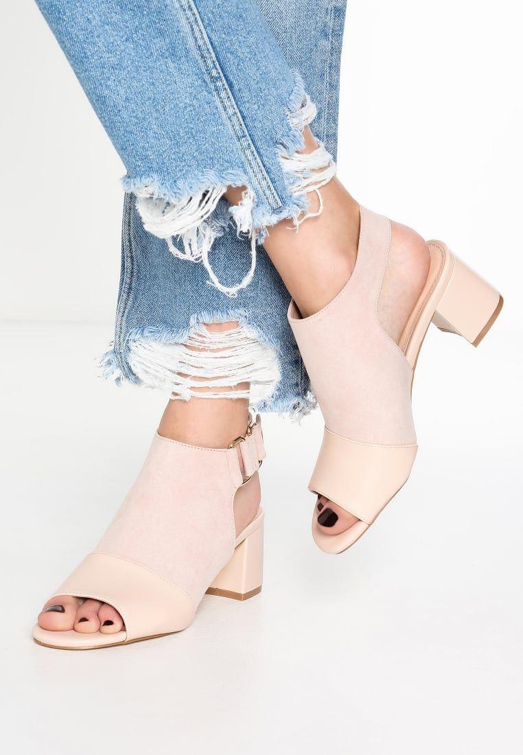 Tronchetti o sandali? Gli stivaletti open toe hanno conquistato le appassionate di moda per la versatilità e la capacità di abbinarsi a un paio di jeans boyfriend ma anche a una gonna o a un abito romantico. Scopri di più sulle scarpe del momento su Listupp.