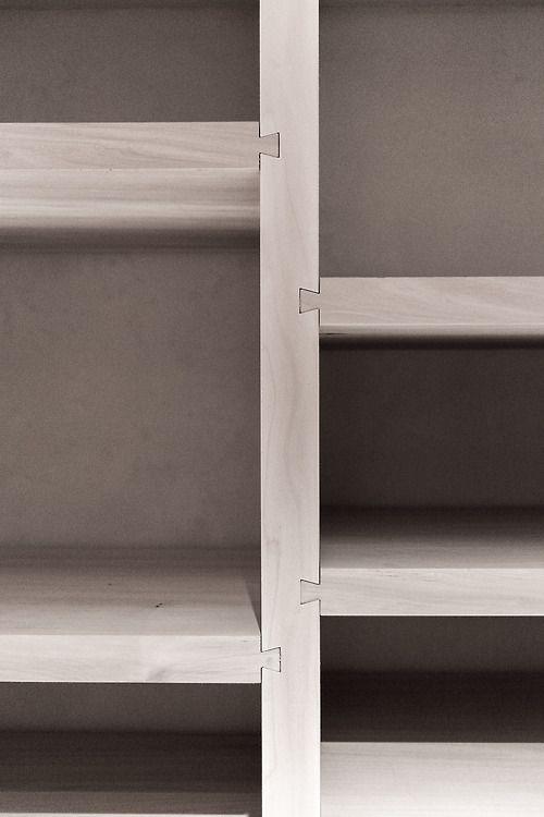 plaques assembl es perpendiculairement avec des encoches creus es jusqu 39 au milieu de la planche. Black Bedroom Furniture Sets. Home Design Ideas