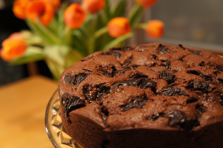 Čokoládový koláč so sušenými slivkami - Koláče Bez Práce