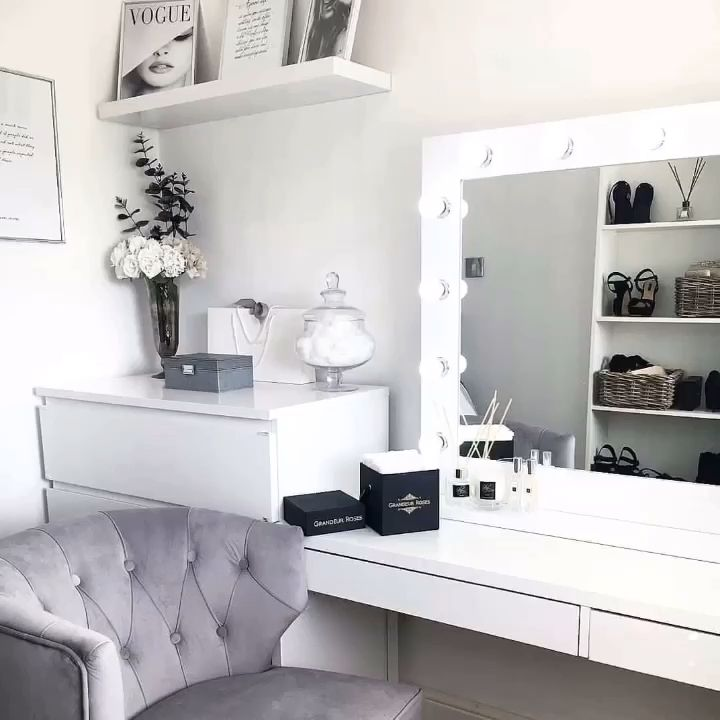 Audrey Hollywood Mirror | Illuminated Make Up Mirror With lights around it