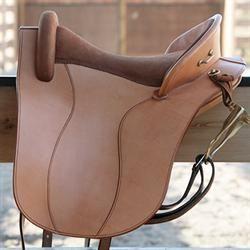 Saddle Amazonas Elisabeth  Vores mest solgte sadel, Elisabeth, findes nu også med indstillelig bomvidde. En umbraconøgle er alt, der skal til - du kan selv skrue din bom ind eller ud, så den skifter størrelse fra K1 til K5. Fås kun med ultraflexbom - på lager i standardsæde VK S2 i natur og brun.