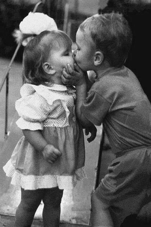 Векторе, смешные фото дети целуются
