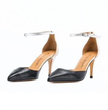Los zapatos de salón de pulsera Jane, son de la marca Elena Zárate Calzado & Complementos . Los zapatos tienen el asandaliado con pala en napa negro, el talón y el  tacón  en napa beige y la pulsera en metal. Son unos zapatos muy femeninos y diferentes, para dar ese toque elegante y original a tus pies. http://rosanaguerreromodayestilo.blogspot.com