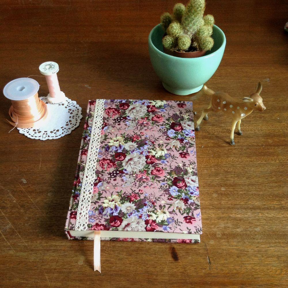 Cuaderno elaborado de forma completamente artesanal. Formato A5 de tapa dura con 140 hojas de color crudo de 100gr.