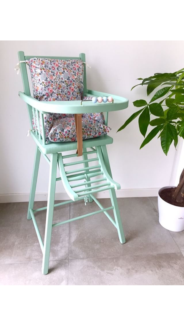 Coussin Liberty Of London Betsy Gris Sur Une Chaise Haute En Bois De La Marque Combelle Couleur Mint Le Coussin Baby High Chair Repurposed Decor Furniture