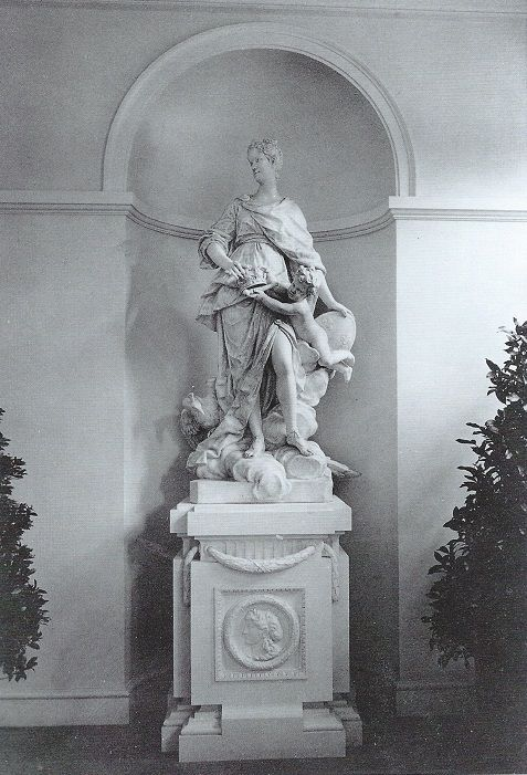 Villa Rosa interiors: The foyer. Between the forecourt and the entrance hall lay a gallery-like foyer with 3 arched windows on each side. This could be used as dining space for midnight suppers. At each end, Codman placed copies of existing 18th century sculptures, carved in marble like the originals. JC